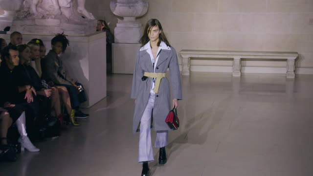 stockvideo's en b-roll-footage met louis vuitton aw17 on march 7 2017 in paris france - louis vuitton modelabel
