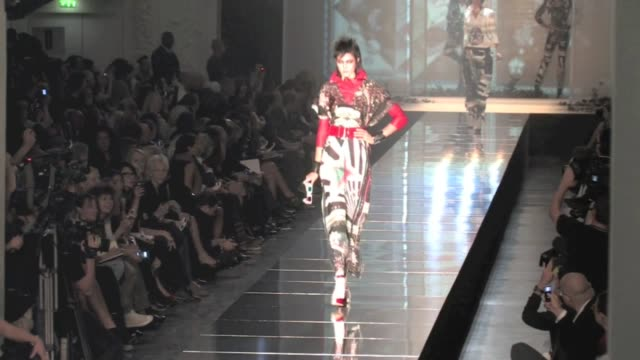 stockvideo's en b-roll-footage met paris fashion week spring summer 2011 ready to wear beth ditto rocks the catwalk at jean paul gaultier spring summer 2011 ready to wear fashion show... - 2010