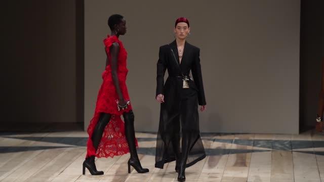 vídeos y material grabado en eventos de stock de paris fashion week womenswear fall/winter 2020/2021 - alexander mcqueen fall/winter 2020/2021 on march 02, 2020 in paris, france. - vestimenta para mujer