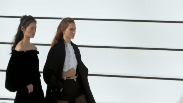 vídeos de stock e filmes b-roll de way paris fashion week womenswear fall/winter 2020/2021 chanel at fall/winter 2020/2021 on march 03 2020 in paris france - chanel