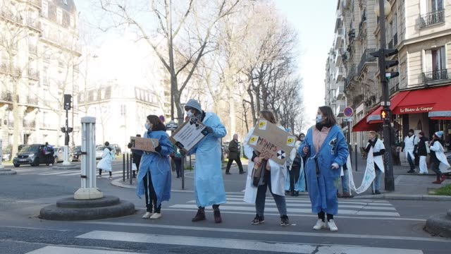 vidéos et rushes de paris france gathering of radio manipulators the invisible of the hospital are mobilizing in front of the health ministry the manipulators they ask... - bruno levesque