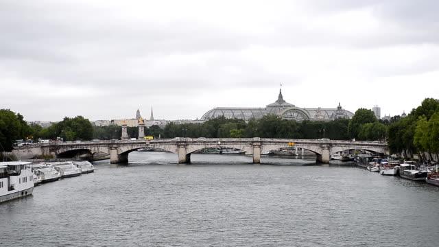 vidéos et rushes de paris, france, pont de la concorde et petit palais à jour - musée