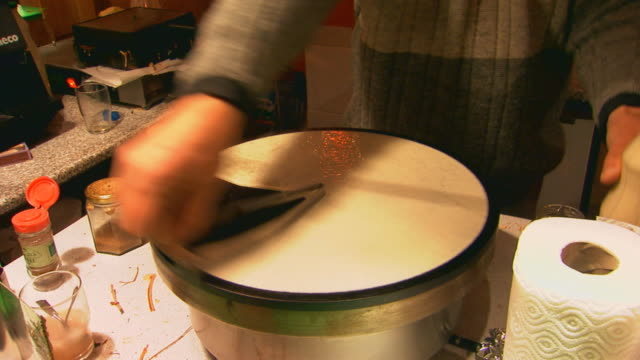 stockvideo's en b-roll-footage met paris, franceperson cooking - marktkoopman