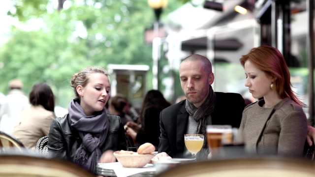 stockvideo's en b-roll-footage met paris friends cafe - franse cultuur