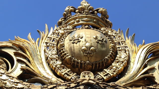 paris, gold ornament, portal justice palace, island of the city - giglio video stock e b–roll