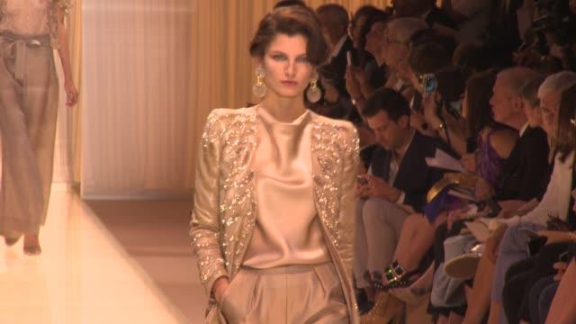 vídeos de stock, filmes e b-roll de runway paris haute couture giorgio armani prive at theatre national de chaillot on july 02 2013 in paris france - giorgio armani marca de moda