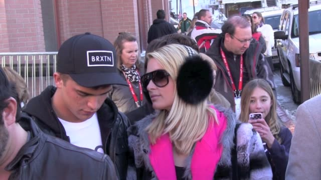 stockvideo's en b-roll-footage met paris hilton afrojack leave the udi's lounge on main street in park city ut 01/20/13 paris hilton afrojack leave the udi's lounge on on january 20... - sundance film festival