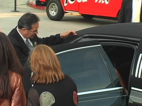 vídeos y material grabado en eventos de stock de paris hilton arrives at the premiere and greets fans at the 'house of wax' premiere on april 26, 2005. - autografiar