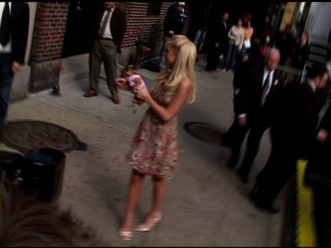 paris hilton at the appearance by paris hilton and teri hatcher at the late show with david letterman on april 28 2005 - teri hatcher stock-videos und b-roll-filmmaterial