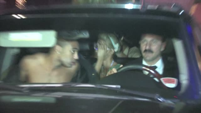 paris hilton & brandon davis leaving roosevelt pre halloween party in hollywood - 音楽マネージャー ブランドン・デイヴィス点の映像素材/bロール