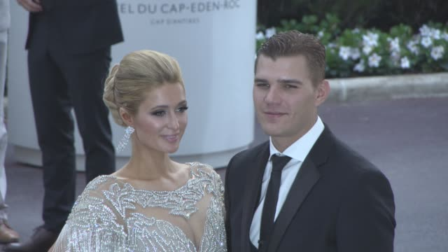 vídeos y material grabado en eventos de stock de paris hilton chris zylka at amfar gala cannes 2017 at hotel du capedenroc on may 25 2017 in cap d'antibes france - paris hilton