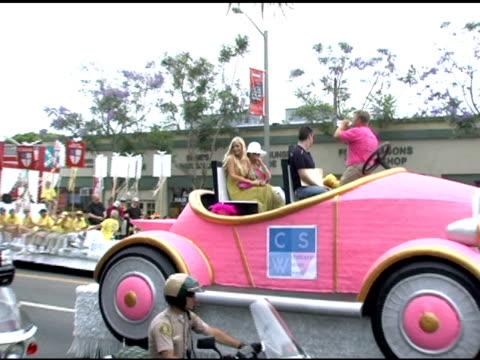 vídeos de stock e filmes b-roll de paris hilton, kathy hilton and tinkerbell at the 35th annual glbt pride festival on june 12, 2005. - cão miniatura