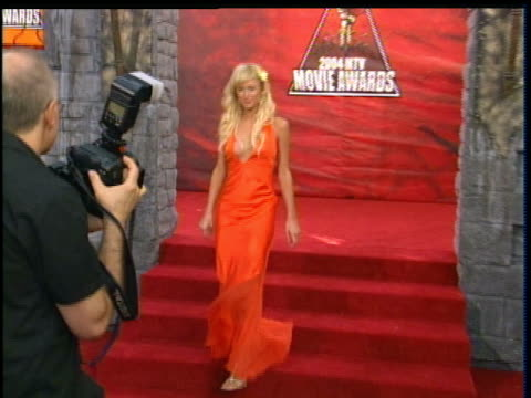 vídeos y material grabado en eventos de stock de paris hilton walking on the 2004 mtv movie awards red carpet - paris hilton
