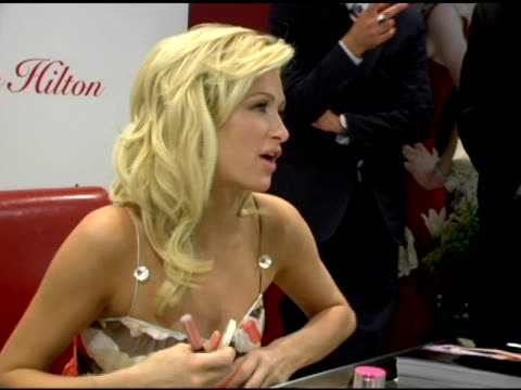 vídeos y material grabado en eventos de stock de paris hitlon at the paris hilton autograph session at macy's herald square in new york new york on june 16 2006 - herald square