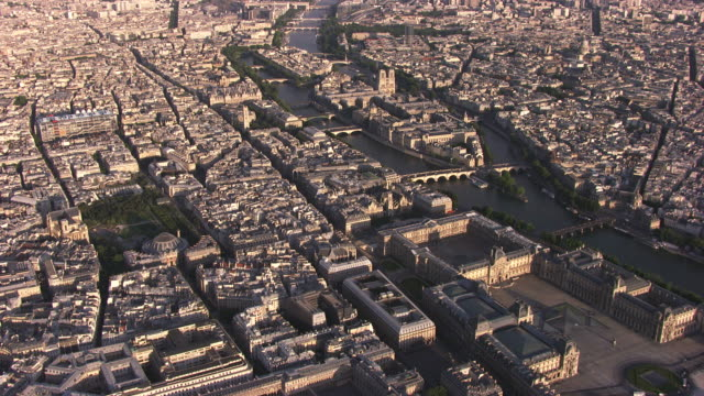 paris : ile de la cité with the louvre and notre dame - セーヌ川点の映像素材/bロール