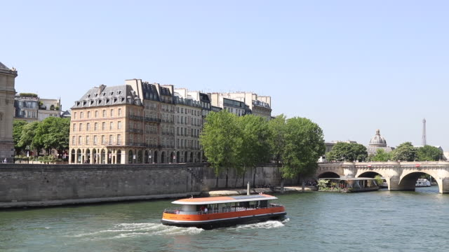 paris in the spring, building on the island of the city - ausflugsboot stock-videos und b-roll-filmmaterial
