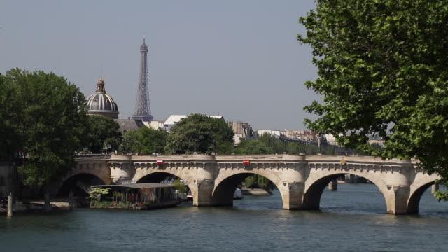 paris in the spring, new bridge and eiffel tower - ポンヌフ点の映像素材/bロール