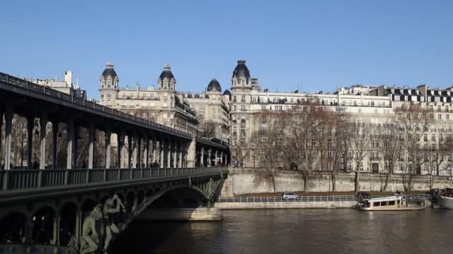 vidéos et rushes de paris in winter with a cloudless sky - pont de bir hakeim