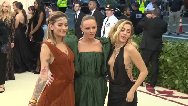 vídeos de stock, filmes e b-roll de paris jackson stella mccartney and miley cyrus at heavenly bodies fashion the catholic imagination costume institute gala at the metropolitan museum... - 2018