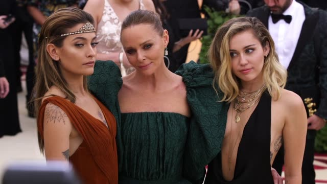 paris jackson stella mccartney and miley cyrus at heavenly bodies fashion the catholic imagination costume institute gala at the metropolitan museum... - cattolicesimo video stock e b–roll