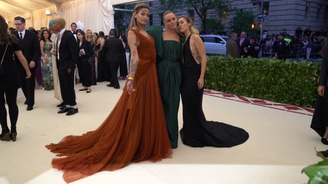 vídeos de stock, filmes e b-roll de paris jackson stella mccartney miley cyrus at heavenly bodies fashion the catholic imagination costume institute gala alternative views at the... - 2018