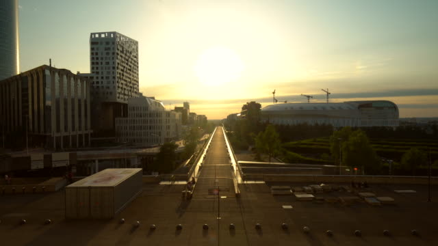 vidéos et rushes de paris la défense au coucher du soleil - quartier financier