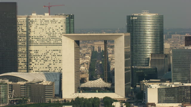 vídeos de stock, filmes e b-roll de paris : la défense and arc de triomphe with the champs-elysées - arco triunfal