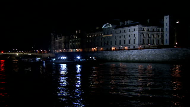 vídeos de stock e filmes b-roll de paris landmarks and street scenes 2; more of boat / boat along the seine / going back under the pont neuf bridge / people visible inside boat next to... - back lit