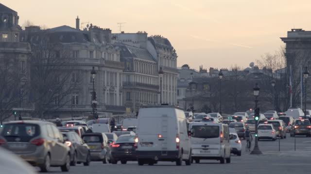 vídeos de stock e filmes b-roll de paris, main street, evening traffic - placa de nome de rua