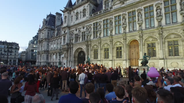 paris mayor anne hidalgo waves to supporters outside hotel de ville after declaring victory in her bid for re-election as mayor of paris on june 28,... - 市区町村長点の映像素材/bロール