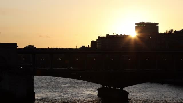 paris metro crossing pont de bir-hakeim. sunset, against day - pont de bir hakeim stock videos & royalty-free footage