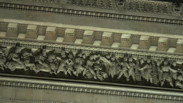 vidéos et rushes de paris monument at night, detail of the arc de triomphe - arc élément architectural