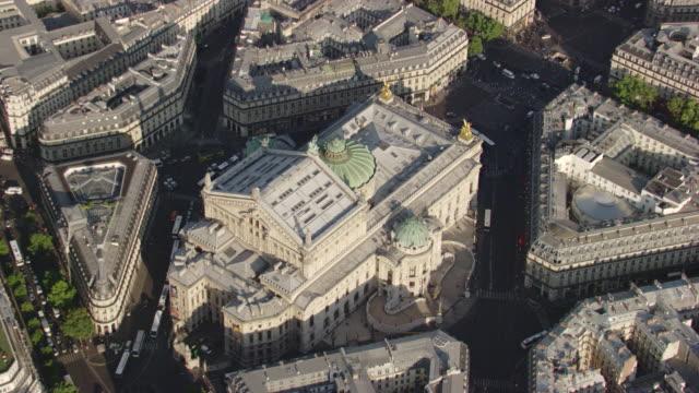 vídeos de stock, filmes e b-roll de paris : opéra garnier - teatro de ópera
