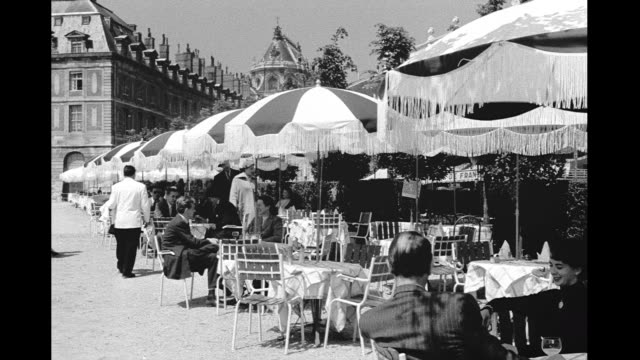stockvideo's en b-roll-footage met 1946 paris outdoor cafe - 1946