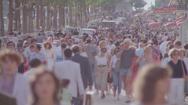 vidéos et rushes de paris pedestrian traffic, arch de triomphe in b.g.; pull back - piéton