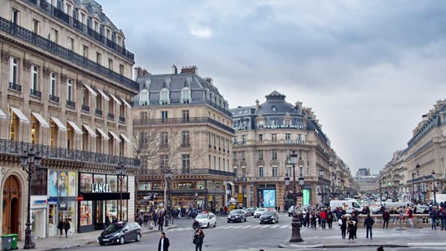 parigi. gente che cammina su una strada trafficata, piazza. centro commerciale. - francia video stock e b–roll