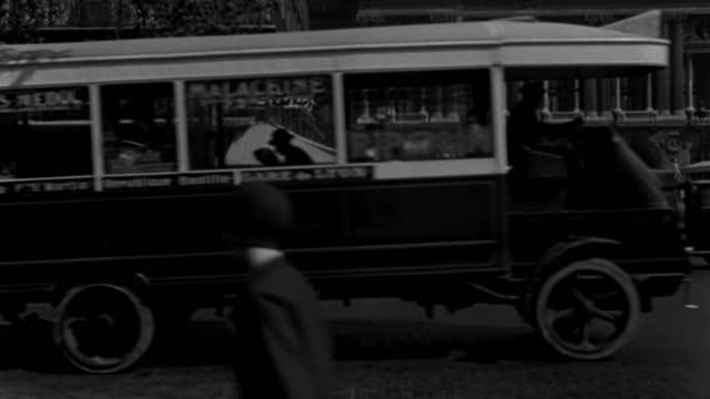 dx - paris - place de la opera - 1930 era - set-up on curb toward the cafe de la paix - part opera seen b.g. - b&w. - 1930 stock-videos und b-roll-filmmaterial