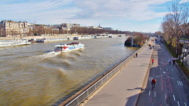 paris riverside. boat. pedestrian - lastkahn stock-videos und b-roll-filmmaterial