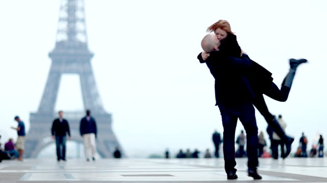coppia romantica a parigi - romance video stock e b–roll