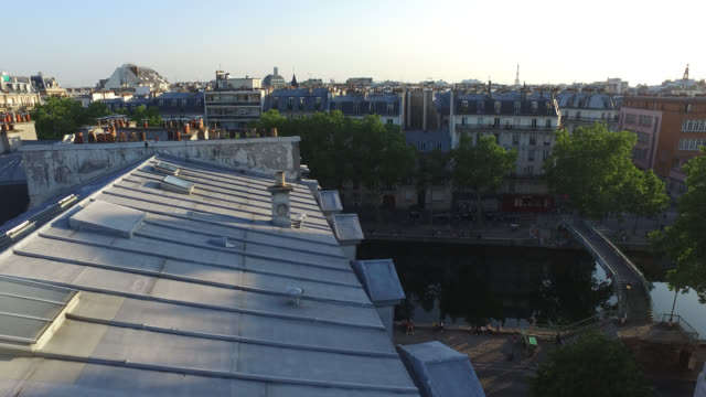 paris. roof of paris at the end of the day before sunset - wolkenloser himmel stock-videos und b-roll-filmmaterial