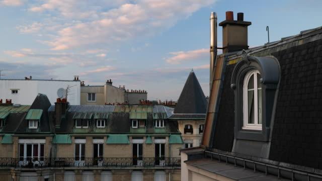 vidéos et rushes de sur les toits de paris soir timelapse - toiture