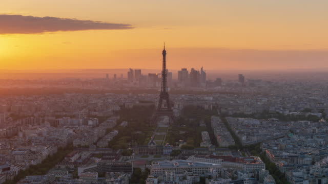 paris skyline dusk to night 4k time lapse (zoom out) - paris france stock videos & royalty-free footage