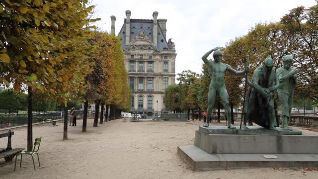 paris, statues and pools in the city - figura maschile video stock e b–roll