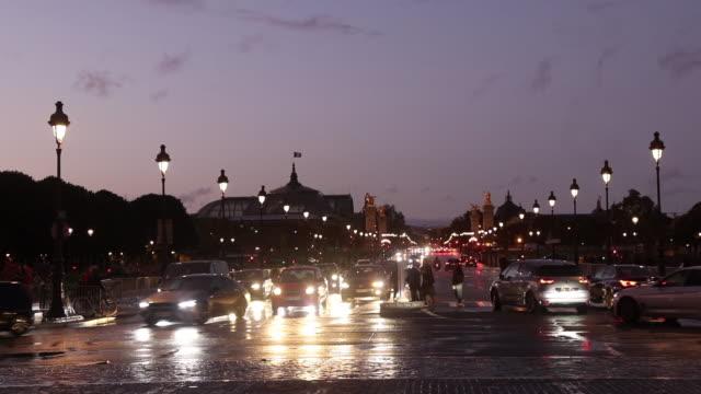 paris street, night. esplanade des invalides - straßenlaterne stock-videos und b-roll-filmmaterial
