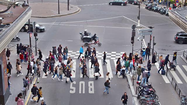 vidéos et rushes de rue de paris. piéton. vue aérienne. zone du centre commercial. - circulation routière