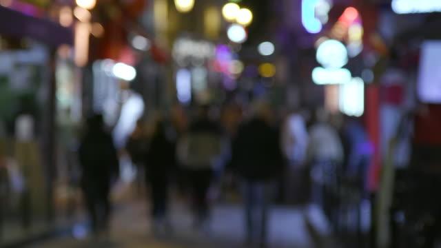 vídeos de stock e filmes b-roll de paris street with bars and restaurants, night. blurry image - desfocado focagem