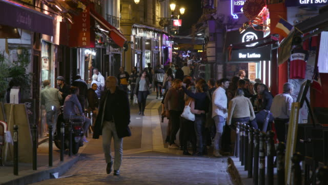 vidéos et rushes de paris street with bars and restaurants, night - piéton