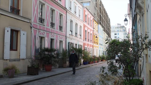vídeos de stock e filmes b-roll de paris street with facades of colorful houses - frança