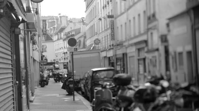vídeos y material grabado en eventos de stock de calle de parís con lente de inclinación y desplazamiento, blanco y negro - personas en el fondo