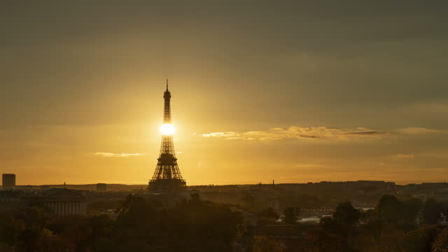paris sunset - eiffel tower paris stock videos & royalty-free footage